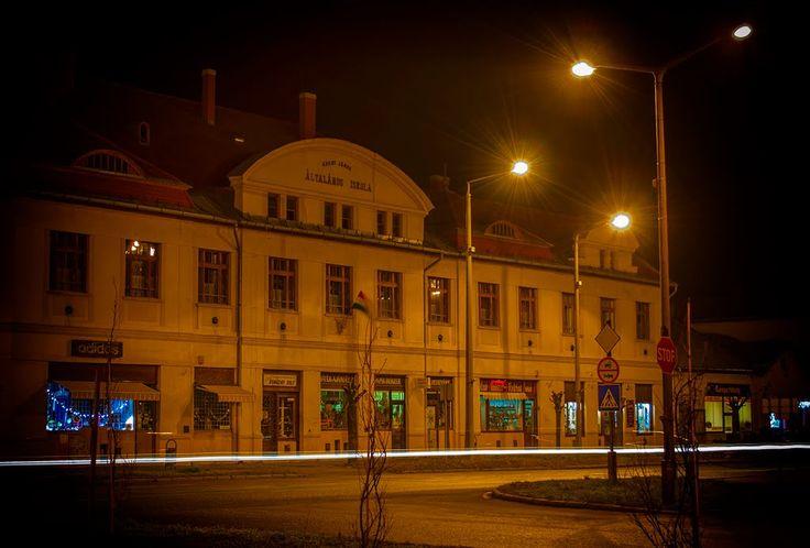 Református általános iskola, és az iskola épületében lévő főutcai üzletsor Kisújszállás, 5310 Magyarország