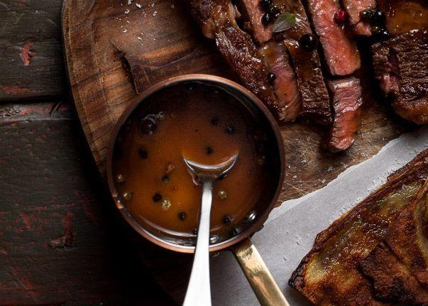 Est-ce qu'il y a quelques choses de meilleures qu'un bon steak avec une sauce aux poivres totalement parfaite? En plus, c'est très facile à faire!