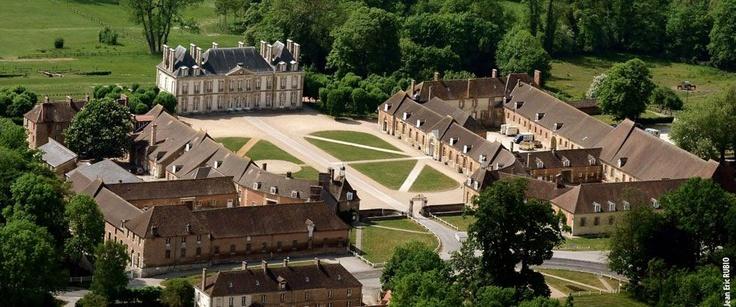 Haras national du Pin, Le-Pin-aux-Haras, Orne, Basse-Normandie  Le haras national du Pin, réalisé au XVIIIe siècle par l'architecte Robert de Cotte sur ordre de Louis XIV, représente un véritable pôle patrimonial dédié au cheval.