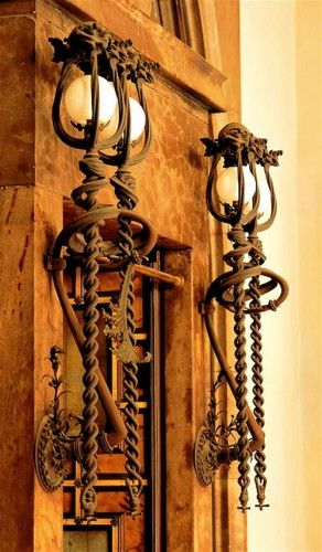 Дворец Гуэля: кованые фонари в стиле арт нуво