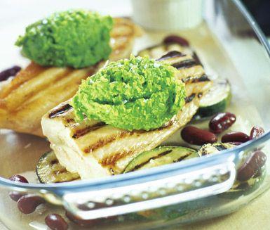 Ta fram grillen och prova på detta förträffliga recept med grillad lax på en bädd av zucchini och kidneybönor, toppad med en krämig ärtpuré. Rätten är fräsch, enkel och fantastiskt god!