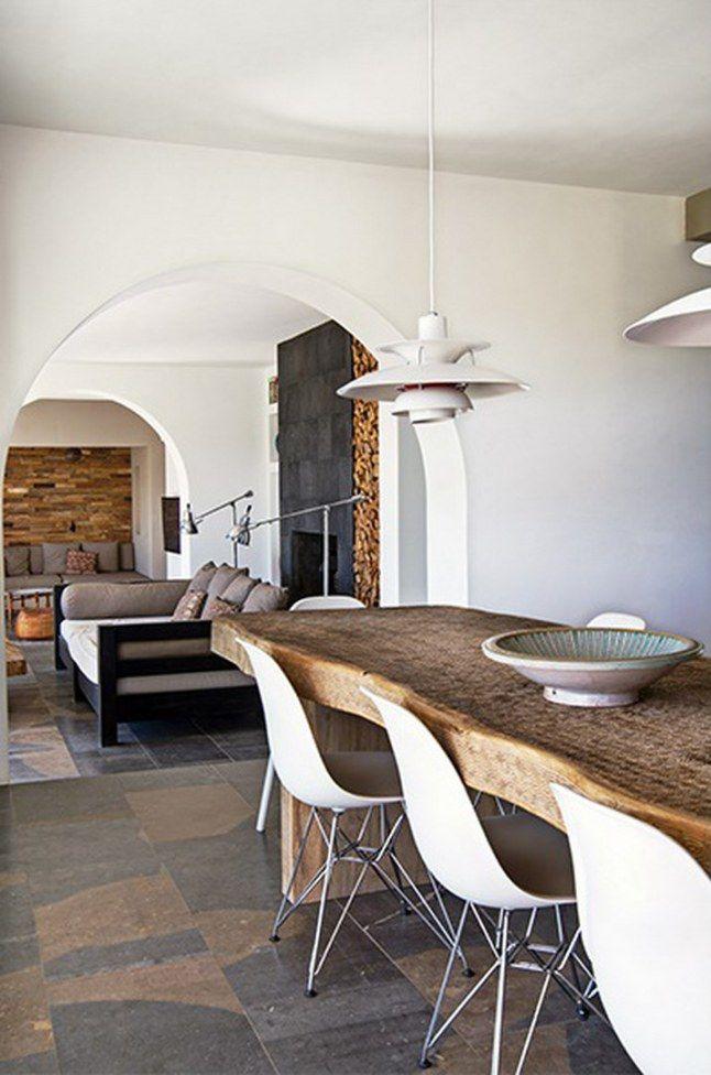 Het robuuste van de tafel past helemaal bij de ruwe leisteen vloer met warme kleuren | Nibo Stone