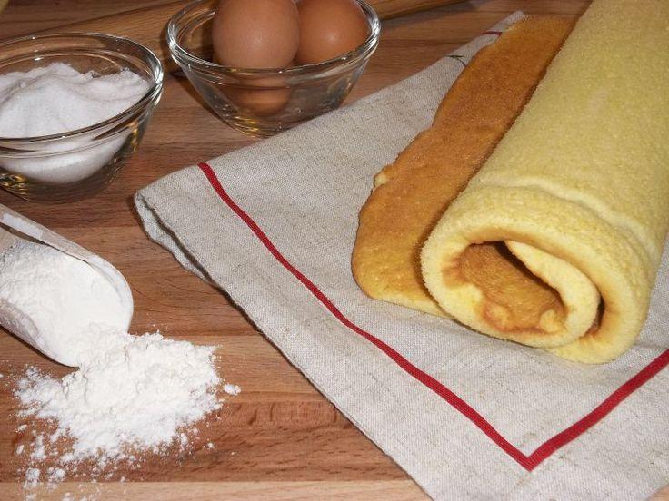 La pasta biscuit, o pasta biscotto, è una base, tipo pan di spagna, sottile e soffice con cui fare i dolci come i rotoli farciti. Ricetta semplice per il rotolo