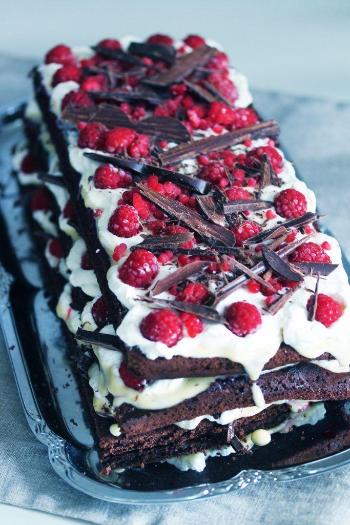 STRACCIATELLATÅRTA MED HALLON En glutenfri chokladtårta inspirerad av den italienska chokladglassen. Den består av en långpannebotten som du delar i tre längder och sedan monterarovanpå varandra med fyllning emellan. Sedan toppar du tårtan med ett berg av hallon och riven choklad (chokladspån). En riktig kalastårta med andra ord  Botten, långpanna: 2 ägg 3 dl...
