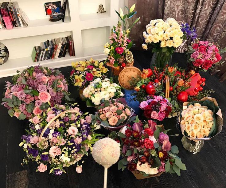 """Вот такое утро 😍🌺🌹🌷🌸💐 спасибо, я так люблю цветы!!! Прочитала все-все ваши пожелания! Пусть всё сбудется же уже поскорее 👏🏼👏🏼👏🏼👏🏼💋💋💋💋 вчера был, конечно, сумасшедший день в стиле """"как я люблю"""" - море общения, смеха, радости, друзья, семья, вкуснота и 🥂🥂🥂 Поэтому сегодня я дома) и мне просто хорошо! #pinktabbirthdaywithlove"""
