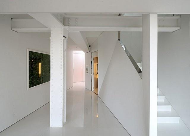 Bu proje mimar David Hotson ve dekoratör Ghislaine Viñas'ın ortak çalışmasıyla ortaya çıkmış. Daire, daha önce konut olarak hiç kullanılmamış. David Hotson bu yüzden 4 kat yüksekliğinde bir oturma odası, camla kaplı bir tavan arası, iç kısım balkonları ve iki aşamalı kaydırak yapmak için tüm alanı yeniden yapılandırmış.