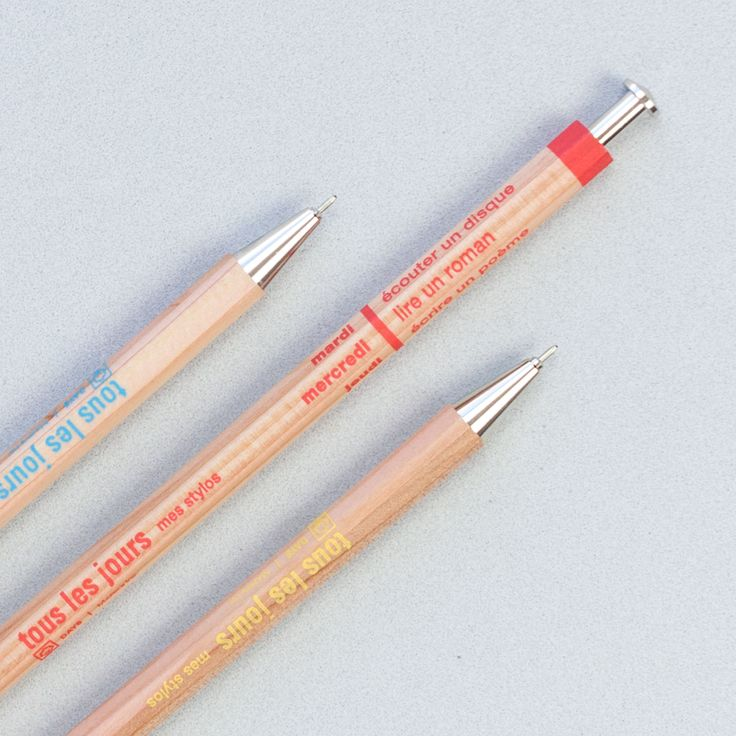 El bolígrafo japonés Tous les Jours de madera lo tiene todo:  ✔️diseño retro  ✔️forma hexagonal que lo hace muy cómodo para escribir  ✔️calidez de la madera ✔️Toque de color   Cómpralo en Likely.es