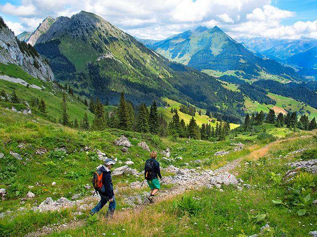 Les montagnes jalonnent la balade: à gauche, le Mont-d'Or, et à droite, le Pic-Chaussy.