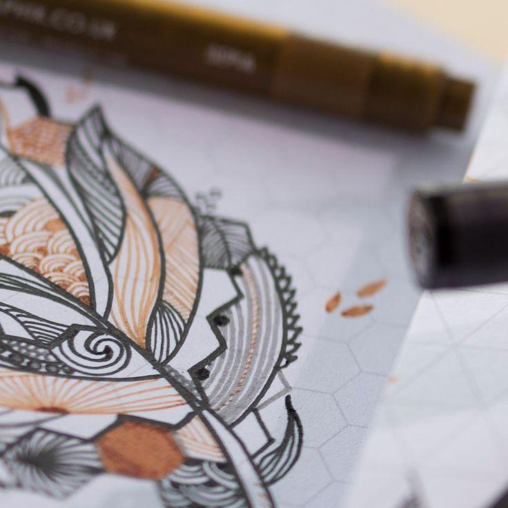 Derwent Graphik Line Marker –kuitukärkikynät soveltuvat erinomaisesti tarkkuutta vaativaan piirtämiseen. Tarkan kärjen avulla luot erilaisia pintoja helposti. #derwent #graphik #linemarker #linemarkers #pens #linemarkerpen #tussit #fineliners #permanent #pigmentink