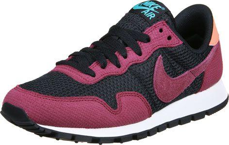 Les chaussures Nike Air Pegasus 83 sont exclusivement pour des filles et ont une spécialité géniale : Elles sont similaires au style des années 80 ! Et paraît au moins aussi bien qu'il sonne. Bien sûr elles ont des parties stabilisantes et des autres extras de confort de la nouveauté - cela va de soi chez Nike.
