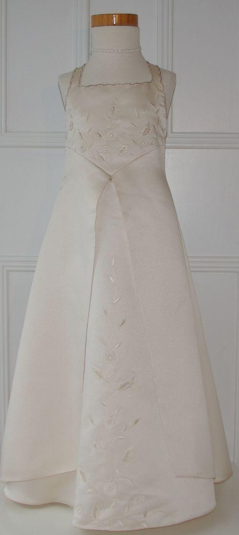 Prachtige satijnen jurk in poeder tint. Voor bijvoorbeeld een bruidsmeisje. Trouwen, bruiloft, huwelijk, bruidskinderen, bruidsmeisjes, bruidsmeisjesjurk. bruidskindermode.nl
