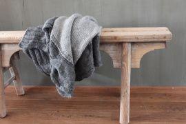 De antieke houten krukjes kunnen als decoratie worden gebruikt, maar ze zijn ook erg functioneel als extra zitplek of als bijzet tafeltje naast bv de bank.