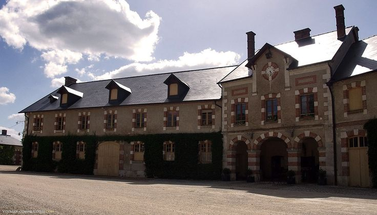 Château de Menetou-Salon, Bourges,  Berry • Cher: les anciennes écuries et logements du château
