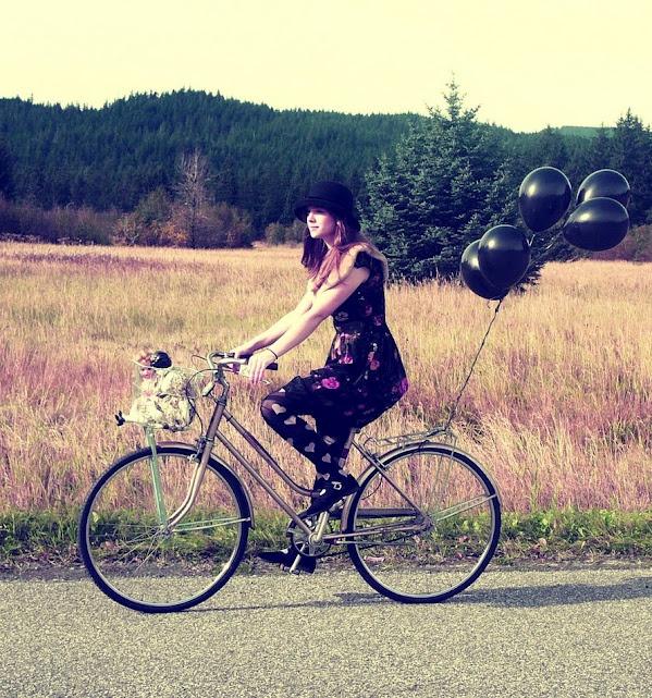 """""""Não temos tempo pra pensar no que não vai somar..."""" (Preta Gil): Good Ideas, Country Roads, Bike Riding, Girls Generation, Goo Goo Dolls, Vintage Bicycles, Trees, Baskets, Black Balloon"""