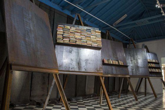 Jannis Kounellis, Senza Titolo, 2016, 11,5 x 3,6 m (each easel h 4,20 m; each plate 2 x 1,8 m). Habana, 2016. Photo: Paola Martinez Fiterre.