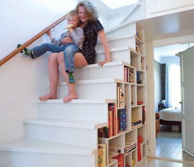 Smart och sober. Då trappan byggdes om fick familjen både en ny städskrubb och en vacker hylla att fylla. Lägg märke till det lilla extra förvaringsutrymmet över sovrumsdörren till höger. För säkerhets skull ska trappan få ett räcke i samma stil som det l