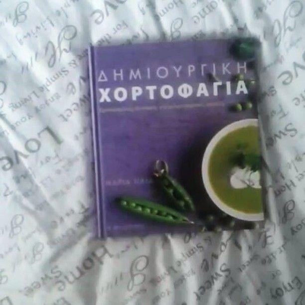 Πλέον φίλε μου βρήκες ένα ράφι να σταθείς μέχρι να ξεπατικωσω όλους τους θησαυρούς που κρύβεις μέσα σου! Δώρο από νοστιμες και υγιεινές συνταγές book author @mariaelia9 ♥  New post: kitchen planning. Link in bio . . . #flatlaygr #kitchen #angiekariofilli #greece🇬🇷 #vegetarian #recipes #vegie #books #bookstagram #thessalonikh #greekyoutube #greekblogger #greekbeautyblogger #lifestyleblogger #greeks #mykitchen #cookbook #gifts #terzopoulosbooks #modernvegeterian
