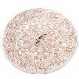Ceasul este lucrat manual si provine din zona Corund, renumita pentru ceramica sa. Acest ceas este un minunat obiect decorativ, datorita autenticitatii si frumusetii sale, fiind de culoare maro deschis, cu motive florale (peste 2000 de ornamente, realizate in aproximativ 6 luni). Mecanismul ceasului este electronic, ce necesita o baterie AAA.Pe spatele ceasului se afla semnatura mesterului si anul in care este produs (2014). Ceasul poate fi agatat pe perete, fiind prevazut cu un suport…