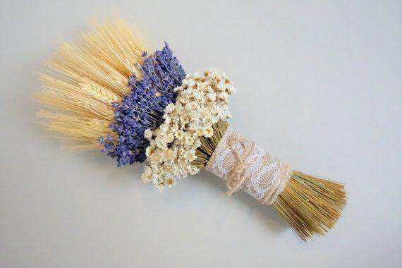 L A V E N D E R / W E D D I N G / B O U Q U E T  Présente bouquet lié à la main des fleurs séchées séchées blé barbu, séchée bio lavande anglaise et petites fleurs crème étoiles douces. Les tiges sont enveloppés avec toile de jute de dentelle.  D E T A I L S : * Le petit bouquet (les demoiselles d'honneur) mesure environ 12 H X 5» W (SOLD OUT) * Le bouquet moyen (mariée) mesure environ 15 H X 7» W (un disponible) * Ces bouquets sont conçus pour être montré à partir de l'avant.  C ...