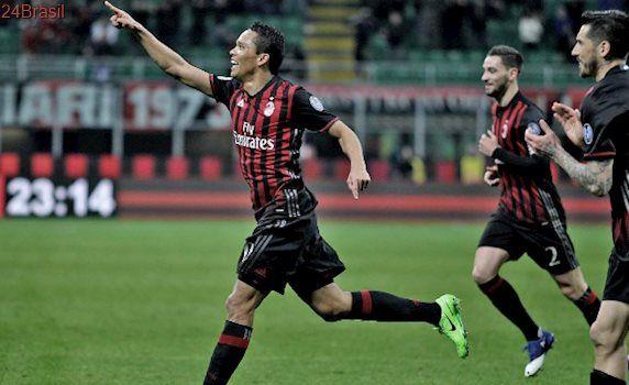 Com 2 de Bacca, Milan vence Chievo e entra na zona de acesso à Liga Europa