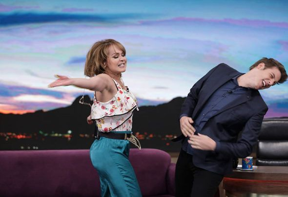 No 'Programa do Porchat', Gaby Spanic da tapa na cara e contracena com 'Nazaré Tedesco'