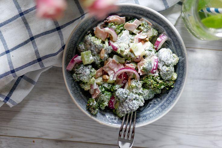 Wusstet ihr dass man Brokkoli roh essen kann? Ich nicht. Zumindest weiß ich erst seit meinem Urlaub auf Mykonos, dass Brokkoli auch roh sehr sehr lecker ist. Bis jetzt habe ich dieses Gemüse nur im gekochten oder gebratenen Zustand verzehrt, doch seit ich in Griechenland diesen leckeren Brokkolisalat gegessen habe, wird er bei uns zuhause …