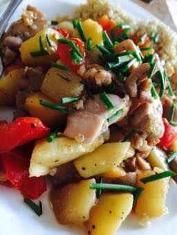 Voedselzandloper recept voor pilav, van quinoa, met kipdijfilet en wilde perziken.