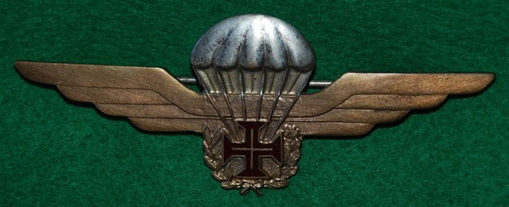 Versão metálica do primeiro distintivo de qualificação paraquedista português…