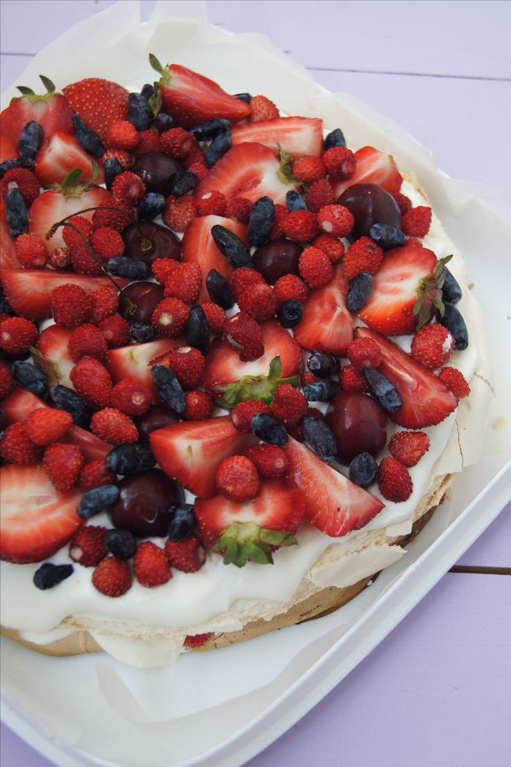 Торт «Павлова» Воздушные, легкие как облако, хрустящие коржи безе, взбитые сливки с ароматом натуральной ванили и свежие ягоды.