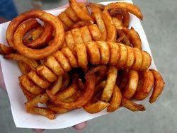 How To Make Curly Fries    1 Select the right potatoes.   Choose a high-density potato, such as a Russet potato. Potatoes that are high in density fry much better than softer potatoes, and retain their shape and structure. High-density potatoes form a crispy outside when fried.  Pick medium- to large-sized potatoes. Small potatoes do not yield as m