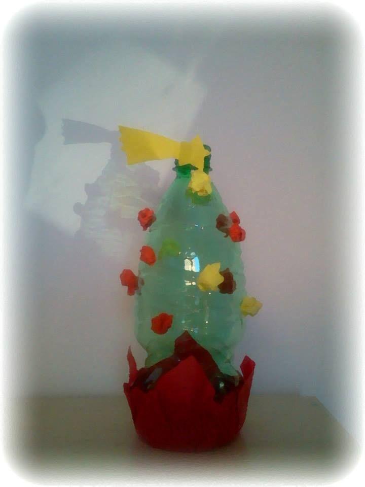 un alberello natalizio con bottiglia di plastica e carta. a christmas tree with plastic bottle and paper