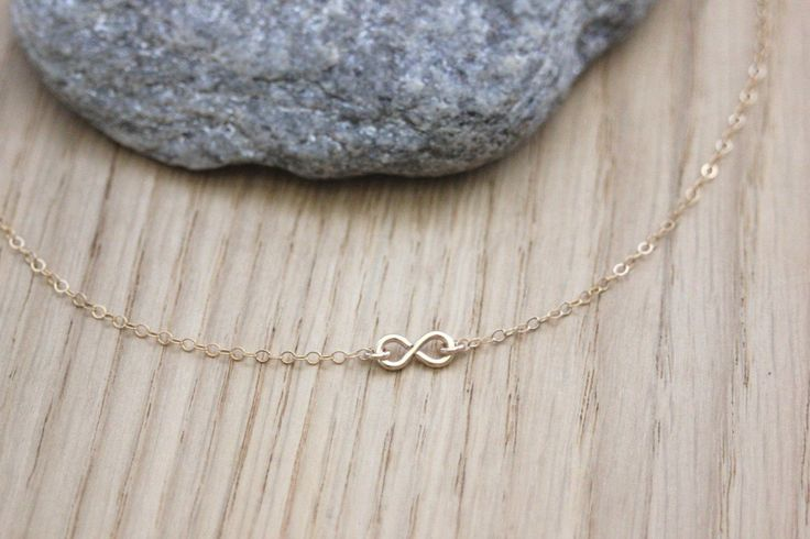 Collier minimaliste en or Gold Filled pendentif infini - collier infini en or - collier infinity - ras du cou en or de la boutique EmmaFashionStyle sur Etsy