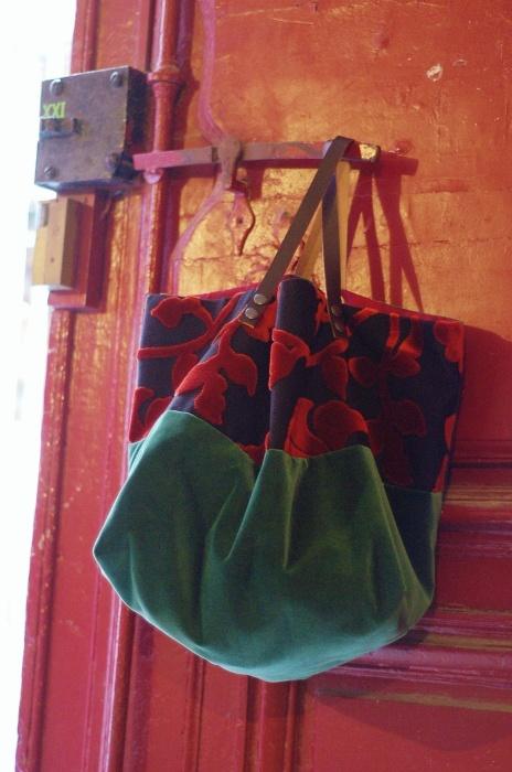 Grand cabas fait main pièce unique En velours Intérieur en toile fuchsiaavec 2 grandes poches .