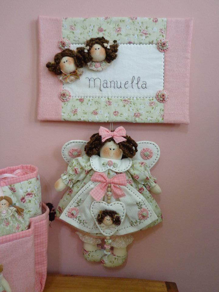 Esta peça é composta de panô com nome da criança bordado à mão e boneca.  Medidas do pano: 22cm altura x 32cm largura  Boneca: aproximadamente 34cm
