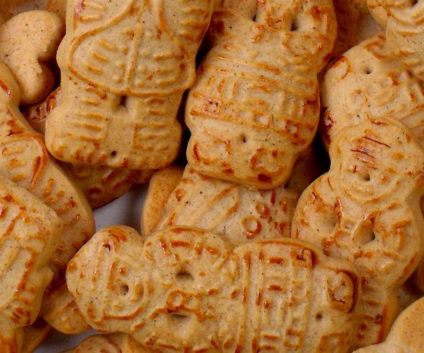 Pepernoten bakken we vaak genoeg, dus wat dacht je van zelfgemaakte taaitaai poppen tijdens Sinterklaas? Rudolph van Veen maakte ze onlangs in een iets andere vorm dan we gewend zijn, maar zeker niet minder lekker. Klik hier voor de bijbehorende video. Breng het water met de honing en de 170 gram bruine suiker aan de …