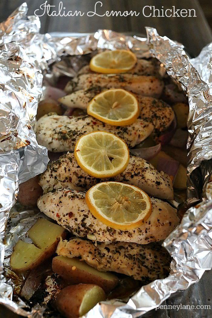 Fácil lámina comida paquete con brocheta de pollo tierna llena de sabor condimento italiano y un toque de limón.