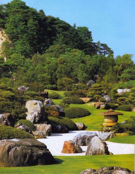 As pedras no jardim japonês são utilizadas de muitas formas e tem muitos significados. Na cultura oriental a pedra tem o sentido de conhecimento, longevidade, e principalmente eternidade. A util…