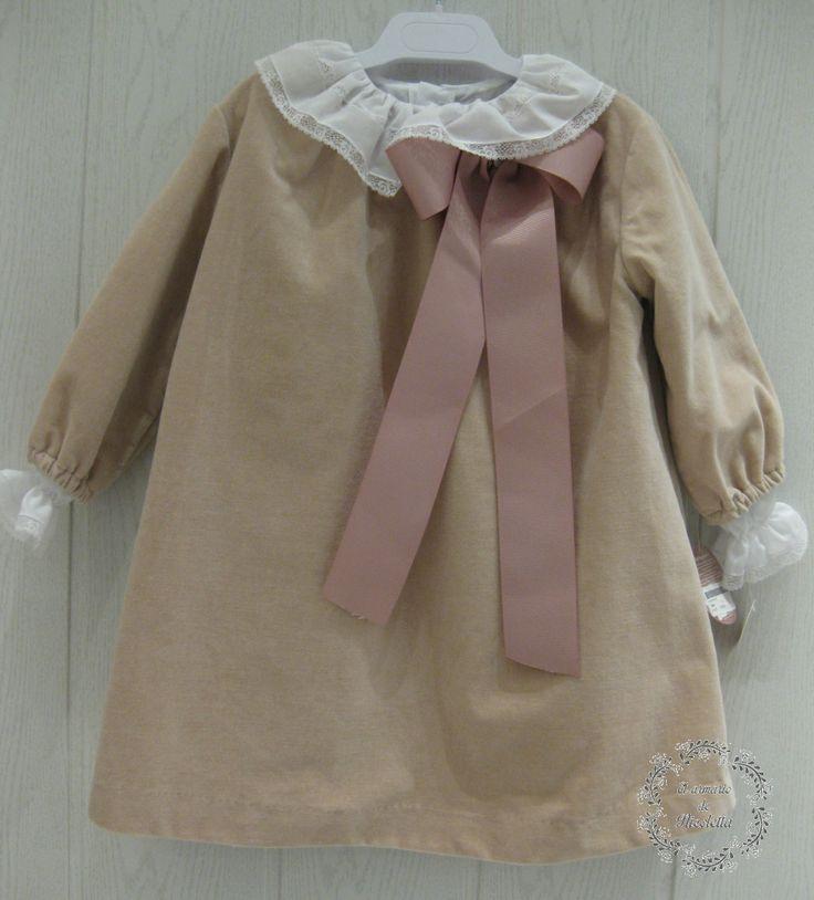 Vestido elaborado en terciopelo de algodón con detalle de lazo, de Casilda y Jimena
