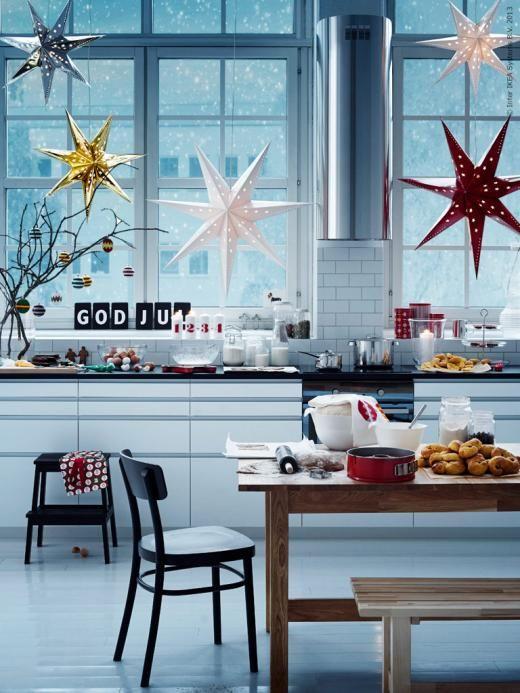 Julen börjar på IKEA. Vi hjälper dig att hitta genvägar till julens alla förberedelser. Tips! Häng upp flera STRÅLA pappersstjärnor i olika storlekar i samma fönster.