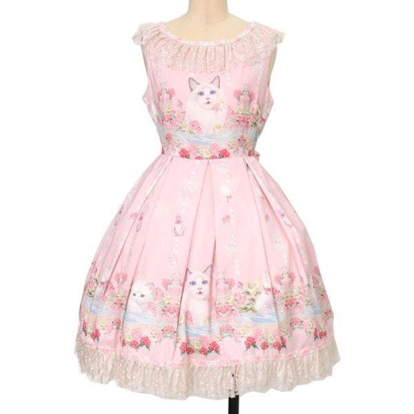 中国のロリータブランド・ATELIER THE LITTLE ROE DEER(小狍子洋服工作室)のRAGDOLL OF MIDSUMMER ジャンパースカートIIです。 子猫たちが戯れ合っているシーンをプリントに、着心地のいいシルクを贅沢に使用したジャンパースカート。 襟元と裾にラメ入りレースをたっぷりとあしらい、ドラマティックなアクセントを効かせています☆ 暑い日は1枚で着てもいいし、半袖のボレロを羽織っても可愛いですよ♡
