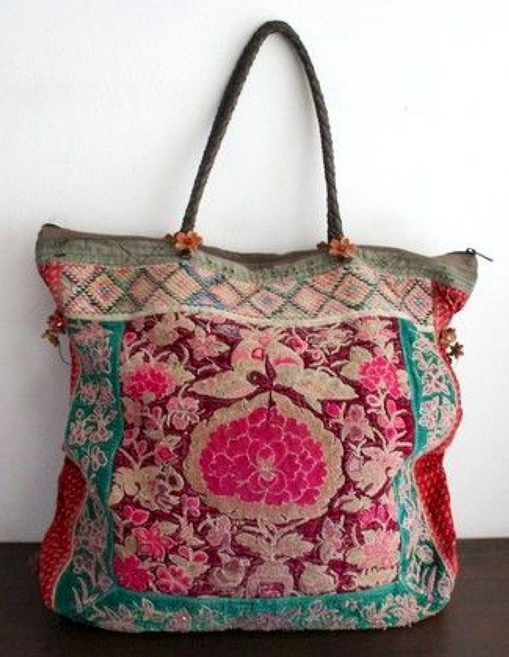 Great tapestry bag.  Love the little flowers at the base of the handles too.