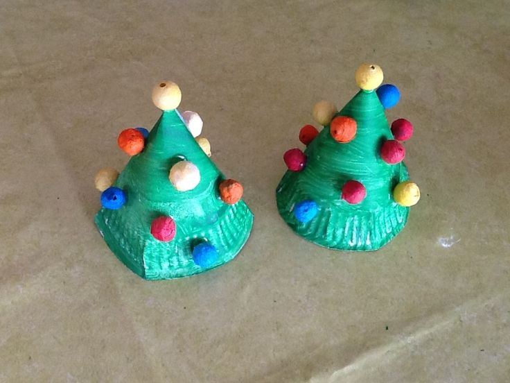 Premier bricolage de Noël pour mes plus grands, I., H. et mon fils Maël. Encore une activité a base de matériel de récup, une idée déco trouvée sur Pinterest. Il faut des assiettes en carton, de la peinture verte, de la colle et des boules de cotillons....