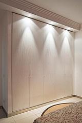 l'armadio della camera da letto ... disegnate le ante ed incassato a muro effetto quadro ..