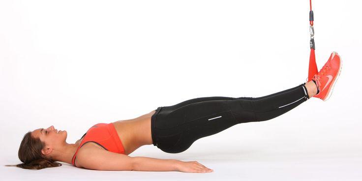 Du trener: Rumpe, bakside lår og rygg. Utgangsstilling: Ligg på ryggen med armene langs siden og ett strakt ben i slyngen, 20–30 cm over gulvet. Slik gjør du: Press benet i slyngen ned så resten av kroppen løftes til den er helt strak. Senk bekkenet kontrollert ned igjen. Tyngre variant: Armene i kryss over brystet, balansepute under skulderbladene.