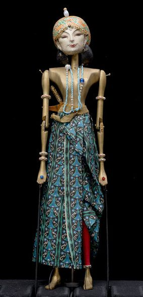 Kiai Ageng Nawang Wulan by Richard Teschner (1912). Rod puppet made of linden wood and silk~Image © Theatre Museum, Vienna
