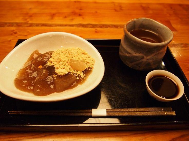 金沢街歩きで外せないのが甘味処。 金沢21世紀美術館の傍にある和カフェ「つぼみ」で本物の和スイーツを楽しみませんか? 金沢で一度は食べたい!本葛使用の「葛きり」【つぼみ】 辰巳用水路沿いの静かな通りに