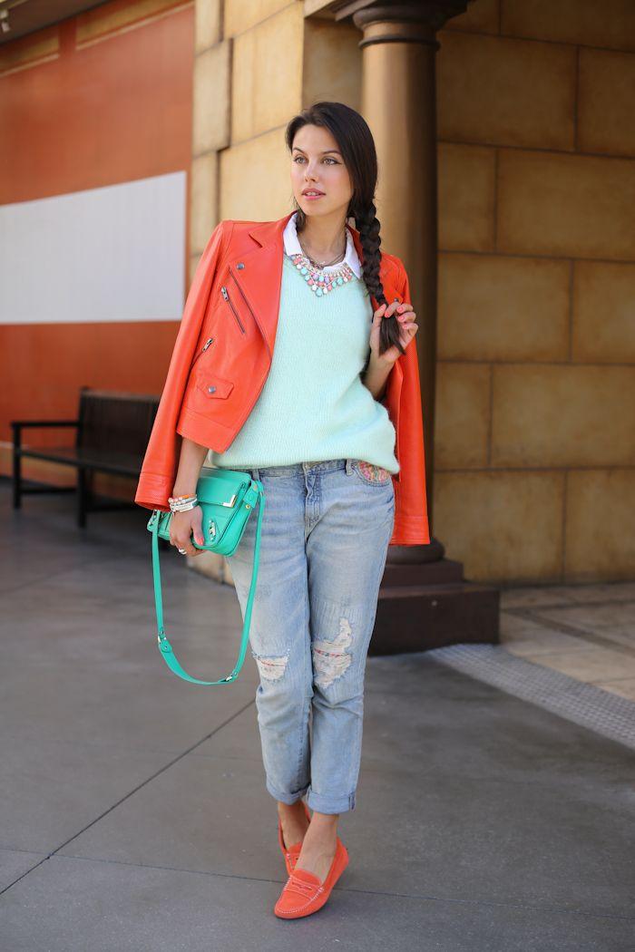 chaqueta de color naranja y mocasines con los pantalones vaqueros