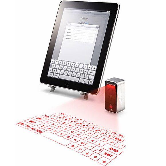 Cube Laser Virtual Keyboard. Cube Laser Virtual Keyboard è un laser che proietta una tastiera virtuale sulla vostra scrivania, utile per scrivere con l'iPad o l'iPhone senza toccare lo schermo. Si può acquistare qui. Via likecool.com