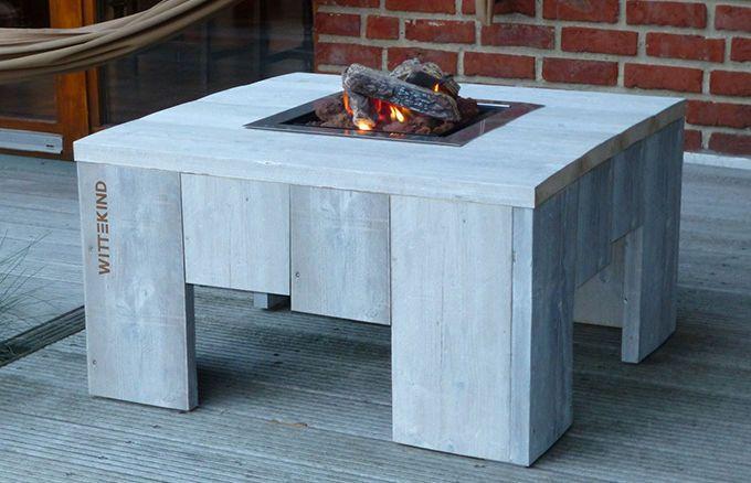Das abgewitterte Fichtenholz des Tisches und ein markantes WITTEKIND Brandzeichen erscheinen durch das flackernde Feuer in besonders schönem Licht und sorgen so für noch mehr Gemütlichkeit.