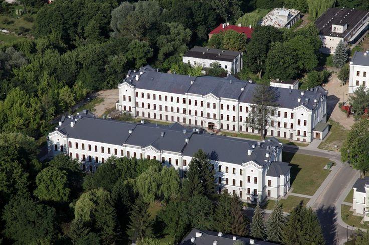 Teraz ponad 40 budynków, rozmieszczonych na prawie 19 hektarach, ma do dyspozycji Wyższa Szkoła Zawodowa w Skierniewicach. Więcej o projekcie: http://zmieniamy.lodzkie.pl/projekty/ozywienie-spoleczno-gospodarcze-w-polnocno-wschodniej-czesci-wojewodztwa-lodzkiego-poprzez-rewitaliacje-terenow-powojskowych-w-skierniewicach,9953,3450.php?search=on